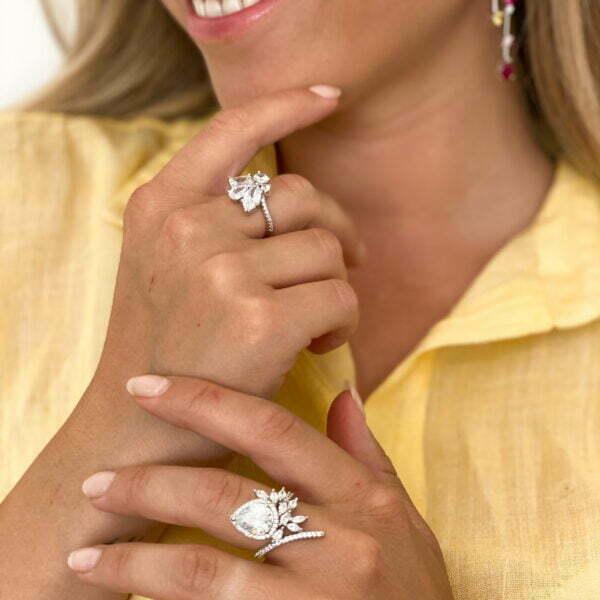 טבעת עם אבן זרקון טיפה ושיבוץ זרקונים