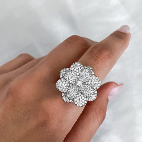 טבעת פרח משובצת זרקונים
