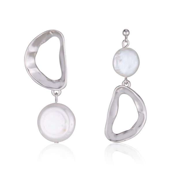 A symmetrical earrings with a flat pearl